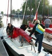 Een polyvalk op Loosdrecht komt met gekruiste zeilen op ons af